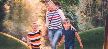Nanny, barnvakt, barnflicka — barnpassning på promenad