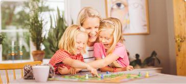 Nanny, barnvakt, barnflicka — barnpassning med lek tillsammans med barnen